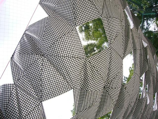 白黒ギンガムチェックの傘布のタープ